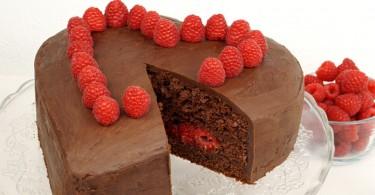 Schokoladenherz mit Himbeeren