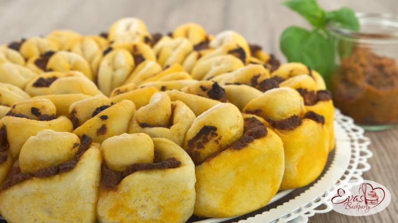 pikantes Zupf-Brot in Blumenform